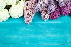 Die schöne Flieder auf einer Holzoberfläche Lizenzfreie Stockfotografie