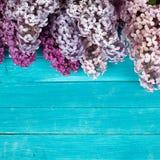 Die schöne Flieder auf einer Holzoberfläche Stockfotografie