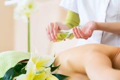 Frau, die hintere Massage des Wellness im Badekurort hat Stockbild