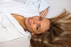 Die schöne Frau in einem weißen Hausmantel lizenzfreies stockfoto