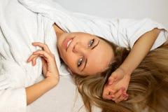 Die schöne Frau in einem weißen Hausmantel lizenzfreie stockfotos
