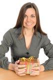 Die schöne Frau mit dem Geschenk Stockfotografie