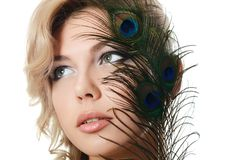 Die schöne Frau mit Federn eines Pfaus Lizenzfreie Stockbilder