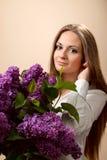 Die schöne Frau mit Flieder Stockbilder