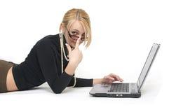 Die schöne Frau mit Laptopen. Stockfotografie