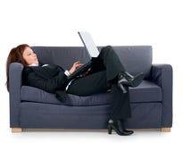 Die schöne Geschäftsfrau arbeitet am Computer lizenzfreie stockfotografie