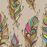Die schöne gezeichnete Hand versieht boho und Hippienahtlosen Musterhintergrund Art mit Federn Lizenzfreies Stockfoto