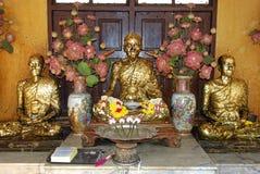 Die schöne goldene Buddha-Statue im buddhistischen Tempel Lizenzfreies Stockfoto