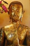 Die schöne goldene Buddha-Statue im buddhistischen Tempel Lizenzfreie Stockfotografie