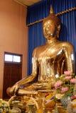Die schöne goldene Buddha-Statue im buddhistischen Tempel Stockfotografie