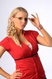 Die schöne junge blonde Frau im roten Hemd Lizenzfreies Stockfoto
