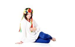 Die schöne junge Brunettefrau, die nationalen Ukrainer trägt, kleiden Lizenzfreie Stockfotografie
