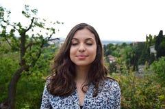 Die schöne junge Frau atmen mit geschlossenen Augen die ruhige geistige Reflexion der Ruheruhe genießend Lizenzfreies Stockbild