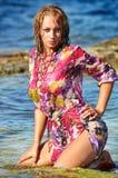 Die schöne junge Frau auf einem Strand in nasse dres Stockfotografie