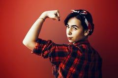 Die schöne junge Frau, die auf Rot im Studio auf alte Mode lokalisiert wird, kleidet die Darstellung von Pinup Stockbild