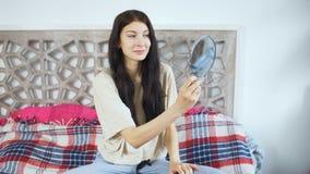 Die schöne junge Frau, die einen Spiegel halten und Lächeln selbst - bilden Sie Konzepte stock footage