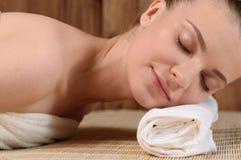 Die schöne junge Frau, die entspannend erhält, ist Badekurort Stockfotos