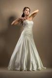 Die schöne junge Frau in einem Hochzeitskleid Stockfotografie