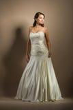 Die schöne junge Frau in einem Hochzeitskleid Lizenzfreies Stockfoto