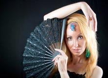 Die schöne junge Frau mit langem blondem Haar a Lizenzfreies Stockfoto