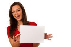 Die schöne junge Geschäftsfrau, die eine leere Karte zeigt, lokalisierte ove Lizenzfreie Stockfotografie