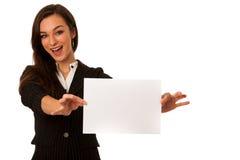 Die schöne junge Geschäftsfrau, die eine leere Karte zeigt, lokalisierte ove Lizenzfreies Stockbild