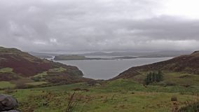 Die schöne Küste durch fiscavaig im Herbst auf Insel von Skye, Schottland stock video footage
