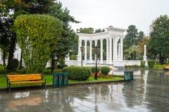 Die schöne Kolonnade im Küste Park in der Mitte von Batumi, Georgia lizenzfreies stockbild