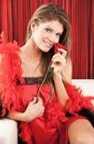 Die schöne reizvolle junge Frau, die mit einem Roten aufwirft, stieg Lizenzfreie Stockfotografie