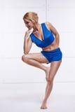Die schöne sexy blonde perfekte athletische dünne Zahl, die an Yoga, Übung oder Eignung teilnimmt, führen einen gesunden Lebensst Stockbilder