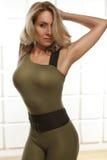 Die schöne sexy blonde perfekte athletische dünne Zahl, die an Yoga, Übung oder Eignung teilnimmt, führen einen gesunden Lebensst Lizenzfreies Stockbild