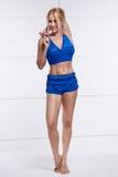Die schöne sexy blonde perfekte athletische dünne Zahl, die an Yoga, Übung oder Eignung teilnimmt, führen einen gesunden Lebensst Stockfoto