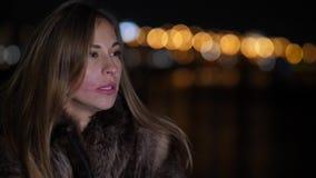 Die schöne traurige schreiende Frau und wischt ihren Lippenstift in der Nachtstadt 4K langsames MO ab stock video footage