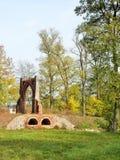 Die schöne Villa im parc mit altem Tor Stockbilder
