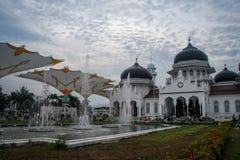 Die schöne weiße gewölbte großartige Moschee Baiturrahman ist die Mitte des religiösen moslemischen Lebens der Stadt stockfotografie