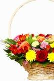 Die schöne Zusammensetzung von Blumen in einem großen Korb Stockfotografie