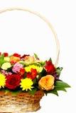 Die schöne Zusammensetzung von Blumen in einem großen Korb Stockbilder