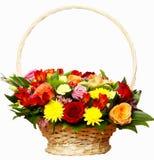 Die schöne Zusammensetzung von Blumen in einem großen Korb Stockfotos