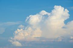 Die schönen blauen Wolke Himmelfarben Lizenzfreie Stockbilder