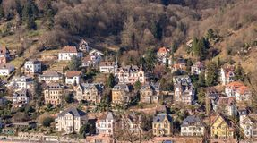 Die schönen Häuser, die vom Heidelberg gesehen werden, ziehen sich, Heidelberg Deutschland zurück Lizenzfreie Stockfotos