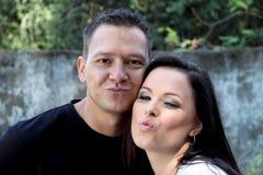 Die schönen jungen Paare, die einen Spaßschellfisch machen, mouth Stockbild