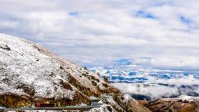 Die schönen Tianshan-Berge sind in Xinjiang, China Stockbild