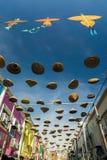 Die schönen und bunten Drachen und das 'Tudung Saji' hingen die Mitte der Gebäude Stockfotografie