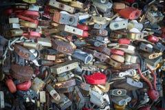 Die schönen und bunten Liebesverschlüsse, die zusammen für Liebe befestigt werden, wünscht in einer Brücke stockfotografie