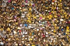Die schönen und bunten Liebesverschlüsse, die zusammen für Liebe befestigt werden, wünscht in einer Brücke in Paris Frankreich lizenzfreie stockfotos