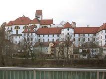 Die Schönheit der alten und inländischen Architektur der kleinen deutschen Stadt von Fussen stockfoto