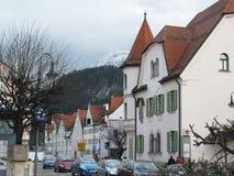 Die Schönheit der alten und inländischen Architektur der kleinen deutschen Stadt von Fussen lizenzfreie stockbilder