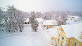 Die Schönheit der schneebedeckten Stadt auf dem Winter stock video footage