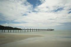 Die Schönheit des Strandes, der alten Holzbrücke und des Meeres Stockbild