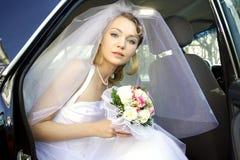 Die Schönheit die Braut mit einem Blumenstrauß Lizenzfreie Stockfotografie